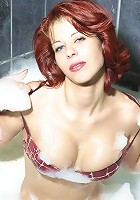 Mature redhead posing buck naked in the bath