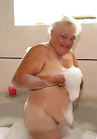 Heavyweight grandma showing off in the bath