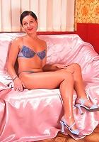 Mature brunette hottie showing luscious body