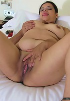 Horny mama playing with her wet cooch