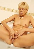 Tipsy mature slut fingering herself