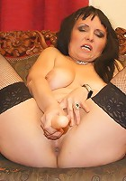 This kinky mature slut loves to get wet