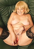 Kinky mature slut loves to play with herself