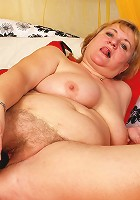 Big mature mama playing with herself