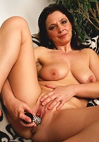 This kinky mama loves to play with herself