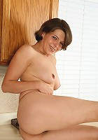 Perky titties and a nice timmeb box on this short haired mature