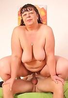 Mature beauty loves his hot cum