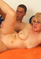 Mature has him nail her pussy