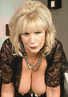 Mature hottie rubs her clit and snatch
