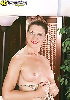 Gorgeous MILF Linda totally exposed